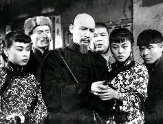 民國44年3月7日所拍攝的「梅崗春回」劇照,照片中為飾演村長謝六叔的李影(中),右為飾演他的女兒謝銀子的穆虹