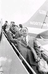 中影公司總經理李潔(前)於5月3日下午搭機飛往東京,在登機前向歡送的親友揮手致意