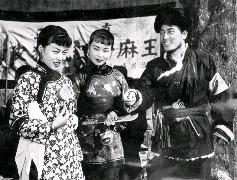 飾演謝銀子的穆虹(左1)上街遇著飾演自衛隊副隊長魏德祿的唐菁(右1)和飾演杜大嫂的虞帆(中),3人攀談了一會兒