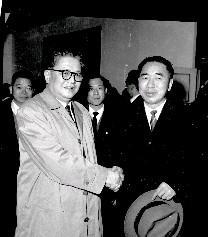 日本日活電影公司的總經理江守清樹郎(左)抵達松山機場,中影公司董事長蔡孟堅(右)至機場迎接