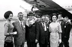 國小姐林靜宜、馬維君至松山機場歡迎美國加州長堤市長韋德抵臺