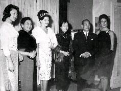 我國駐西班牙大使黃少谷及夫人於民國50年12月月5日晚在駐西大使館舉行的「歡迎中國小姐李秀英」的酒會上,與李秀英等人合影