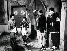 飾演村長的李影(右2)與飾演其女的穆虹(右3),以及飾演自衛隊隊長的黃宗迅(右4)、副隊長的唐菁(右1)