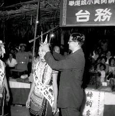 歌舞大會結束時,由更生報社社長謝膺毅親自頒獎和加冕的情況