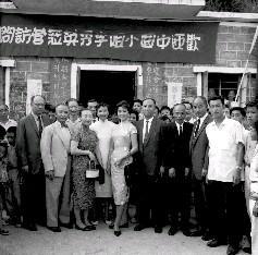 中國小姐李秀英(中)抵達調景嶺後,在營內與各難胞代表合攝留念