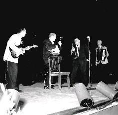 史塔許克萊門、唐施璜、唐彼得生、盧斯威爾地四人所組成的小型樂隊演奏西洋名曲
