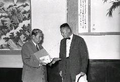 總統府秘書長張群(左)由藝術家馬壽華(右)陪同於「國家畫廊」參觀其歷年精品展覽