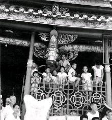 大稻埕地區的善男信女,齊湧向迪化街霞海城隍廟周邊看熱鬧