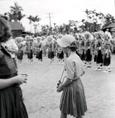後方高聳的椰子樹和檳榔樹,和圍著圓圈跳舞的阿美族婦女