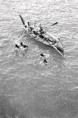 他們搭乘船艦抵達附近外海,由登陸艇接駁研究人員上岸