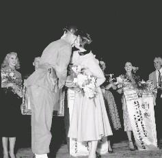 美勞軍團的女明星赫美萊斯達小姐接受我憲兵弟兄獻花後給予香吻