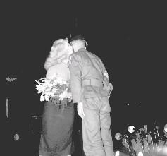 美勞軍團的女明星瓊妮琳達小姐接受我憲兵弟兄獻花後,主動以朱唇親吻該弟兄的面頰