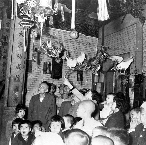 青山宮內用色紙紮成的各式各樣以飛禽為題材的花燈,種類繁多
