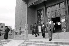 國立歷史博物館館長包遵彭(後左1)親自陪同利比亞眾議員訪華團一行5人參觀完國立臺灣科學館離去情形