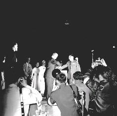 代參謀總長彭孟緝上將(右)代表國防部向美國勞軍團頒贈「有朋自遠方來」及「萬里溫情」錦旗2面,由該團領隊維爾代表接受。