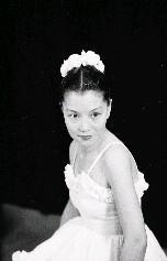 為紀念國父誕辰在臺北中山堂舉辦盛大的全省南北名舞蹈家表演舞藝,參加的名舞蹈家以南部的李彩娥與北部的蔡瑞月最受人矚目