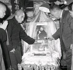 章嘉大師靈骨、骨灰及舍利子迎回臺北青田街大師駐錫所供奉