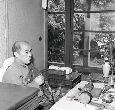 珠爾瓦呼圖克圖將章嘉大師靈骨、骨灰及舍利子迎回臺北青田街大師駐錫所供奉後誦經情形。