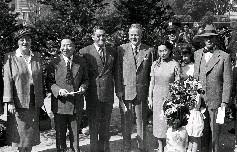 左起依序為藍欽公使夫人、吳國禎主席、陳納德將軍、藍欽公使、陳香梅、史都德上校、柯克上將及其孫女