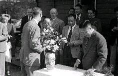 吳國楨主席(右)致贈賀卡予美經合分署署長施幹克博士