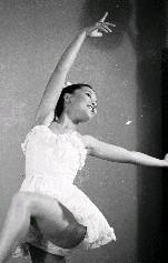 李彩娥表演前跳芭蕾舞時的婀娜曼妙舞姿,展現著美麗的身影