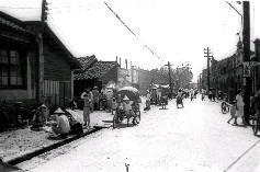 50年代的臺灣,人力車及腳踏車,仍是人們主要的交通工具
