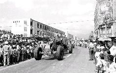 國軍鏟土車隊正行經中華路與衡陽路口,受到沿途觀眾熱烈之歡迎