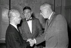 美援會投資小組召集人李國鼎(中)陪同謁見陳誠副總統(左)的美國亞來化學公司氮氣部總經理懷德(右)