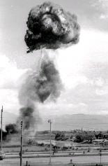原子防護實兵演習中,一枚約2萬噸黃色炸藥威力的假原子彈,在中山北路平交道上的復興橋上空爆炸