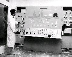 位於新竹國立清華大學原子科學研究所的我國第一座水池式原子爐控制室內部實況,研究人員正嚴密監控相關儀器設施。