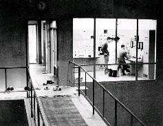 研究人員正在監控核子反應器,當人員要進入控制室內時,必須要換鞋入內