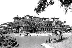 總統府不遠處的台北賓館,過去為日治時期的台灣總督官邸,皇太子裕仁訪台時曾下榻於此