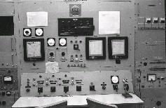 新竹國立清華大學原子科學研究所的我國第一座水池式核子反應器控制室內部儀器設施