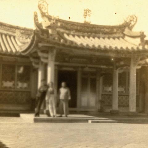 82昭 和 11 年(1936 年 )吳子瑜的過房子吳京生與日籍友人攝於吳家公館內及更樓前(之一)