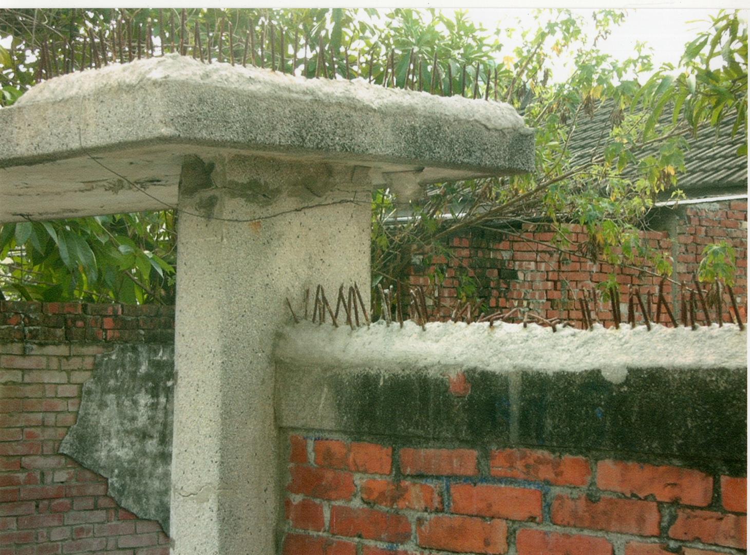 紅磚牆、鐵釘與洗石子牆